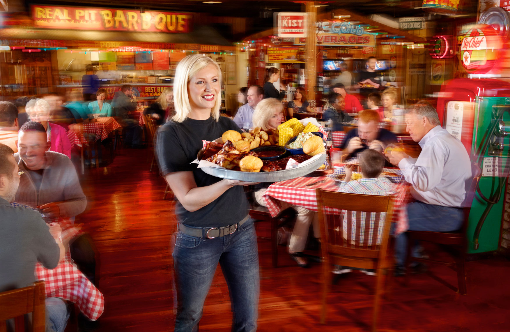 Famous Daves restaurant/waitress/large platter/location photography