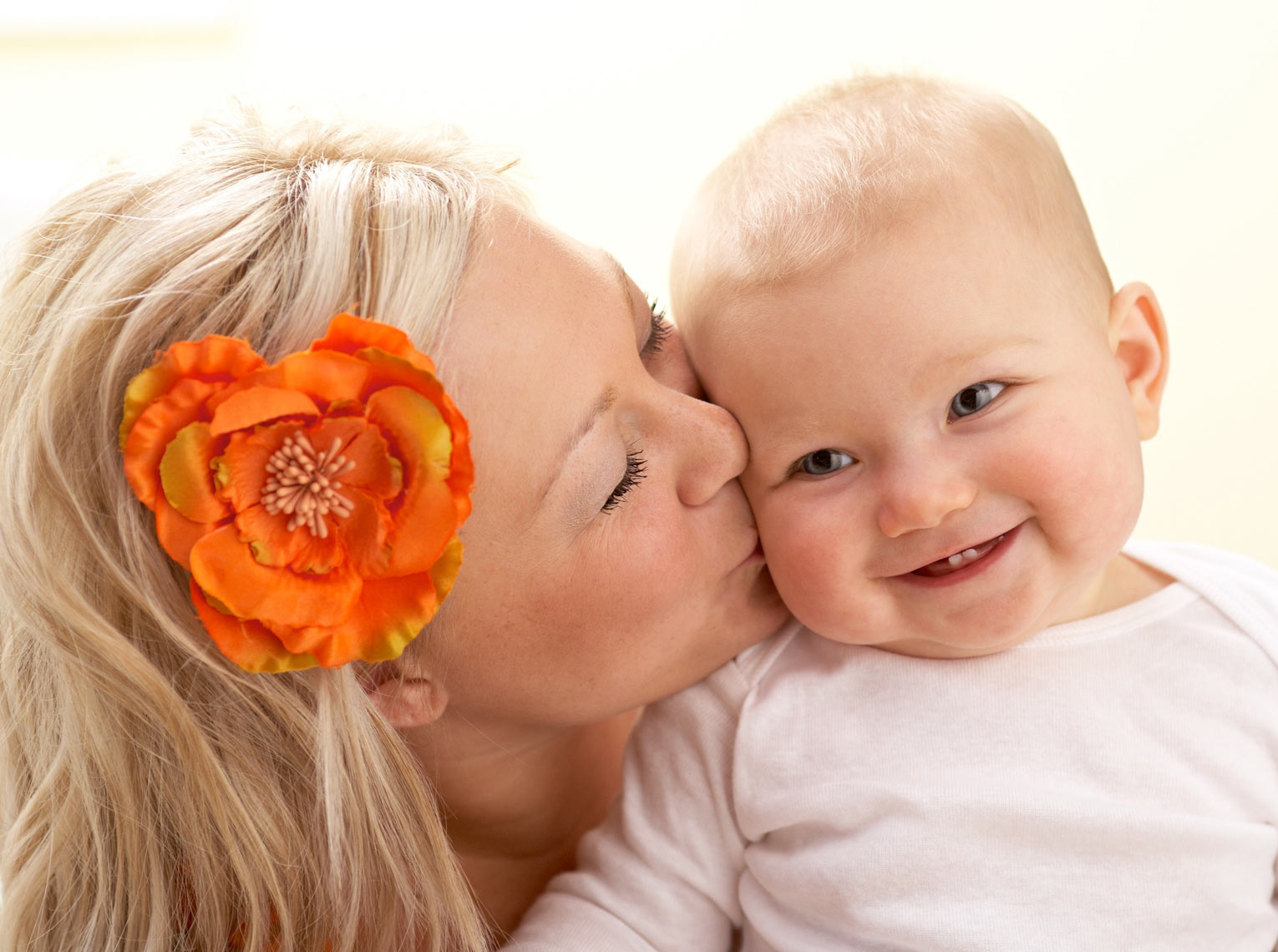 Halo/mom/baby/kissing cheek/lifestyle photo