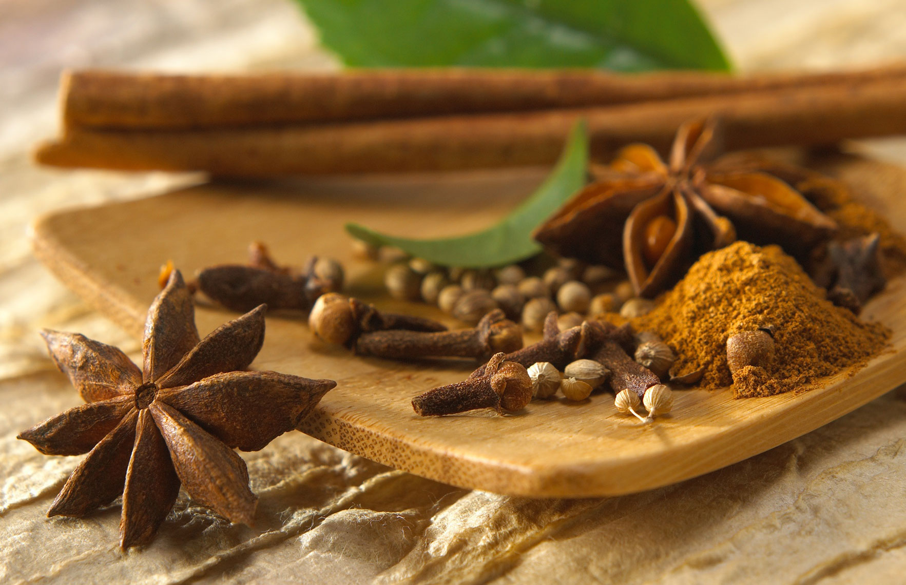 Star anise/cloves/cinnamon/coriander/wooden dish/food photography