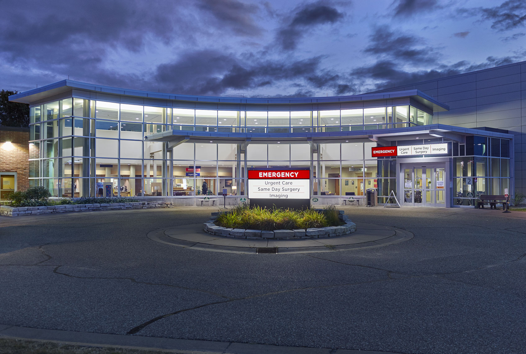 Hospital/emergency room/bld exterior/glass/architectural photography